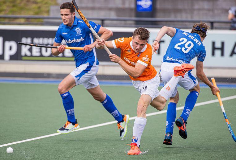 Jorrit Croon van Bloemendaal passeert Derck de Vilder (Kampong) tijdens de eerste finalewedstrijd in de play-offs. Beeld ANP