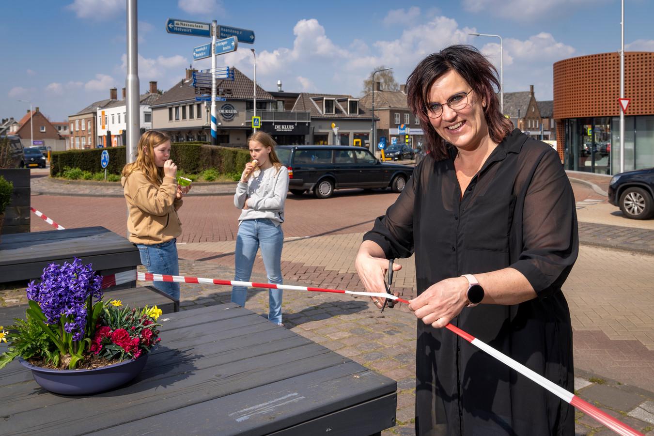 Nog even en Wendy Overdijkink van het IJs en Taartmoment in Vlijmenkan de schaar in het coronalint zetten. Op de achtergrond restaurant De Kluis  Eten en Drinken, dat het afgelopen amper open is geweest.