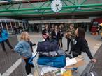 Festivalgangers Lowlands krijgen warm onthaalt op station Lelystad