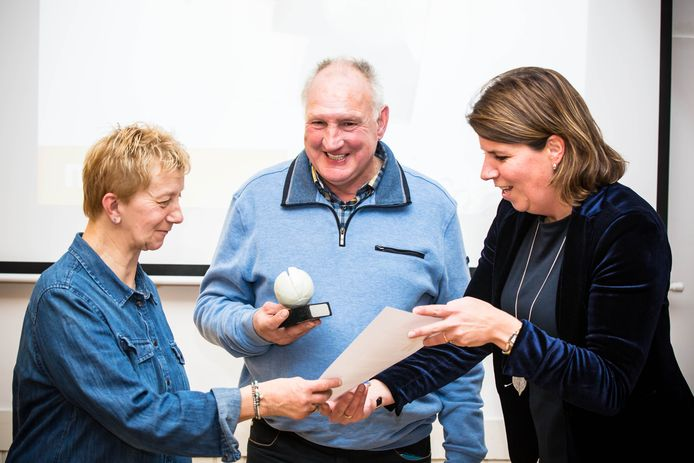 Simone van Ruth overhandigt de Doemee-award aan Frans en Annelies van Bowlingclub De Dolle Pret.
