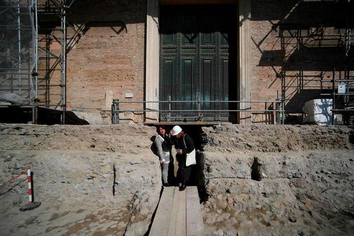 In een ruimte onder de ingang van de Senaat op het Forum Romanum werd met een 3D-scan een holte ontdekt. Archeologen vonden daarin een tombe die nu wordt toegeschreven aan Romulus, een van de twee stichters van Rome.