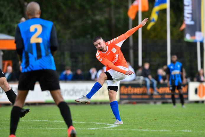 Ramazan Leebeek (oranje) gaat van FC Horst naar Nunspeet.