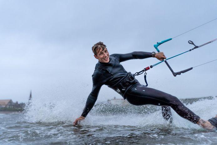 """Freek Bergkotte kan niet meer kitesurfen door corona. ,,Het strand is net te ver."""""""