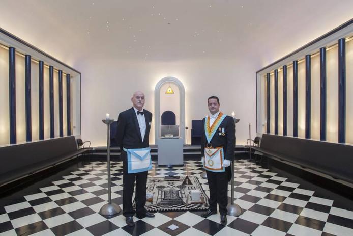 Vrijmetselaars Henk Hendrikx (links) en Chris Linders in hun tempel.