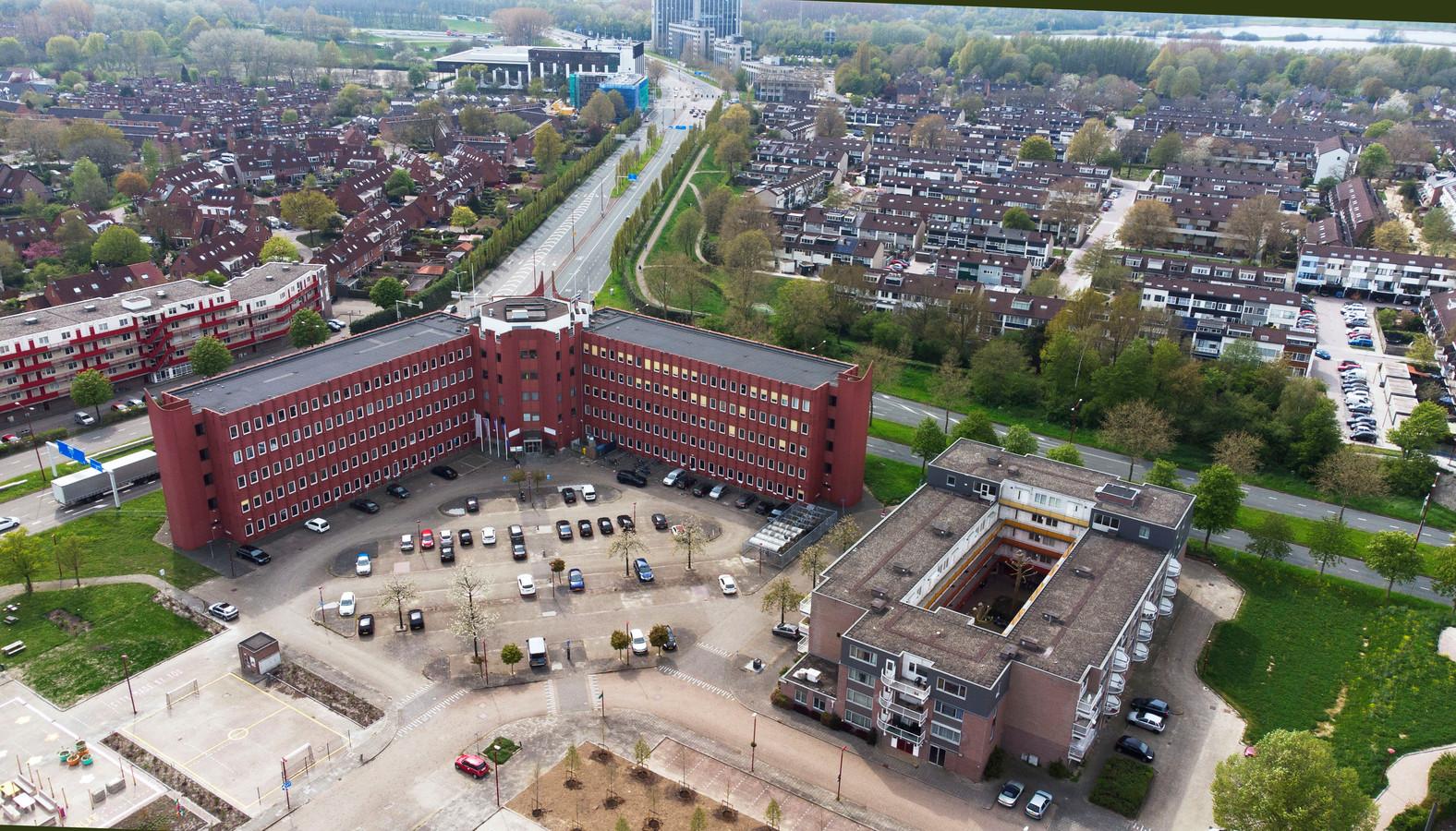Het rode gebouw, Zuidstede, wordt vervangen door een woontoren van zeventig meter hoog. Omwonenden zijn bang voor schaduw, geluidsoverlast en mensen die in hun tuinen kijken.