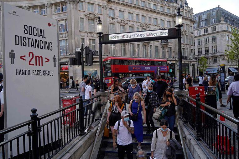 Forenzen in Londen. De angst voor de Indiase deltavariant is er groot. Beeld AFP