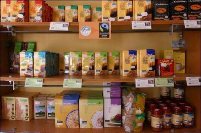 Een rek vol Fairtrade-producten. Illustratiebeeld.