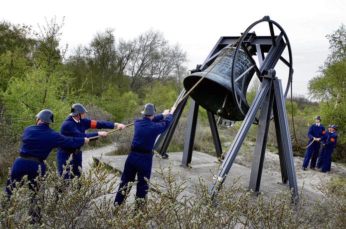 Leden van het erepeloton Waalsdorp luiden de klok op de Waalsdorpervlakte.
