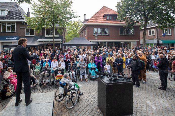 Burgemeester René Verhulst van de gemeente Ede spreekt belangstellenden in Lunteren toe tijdens de opening van het Molukse monument.