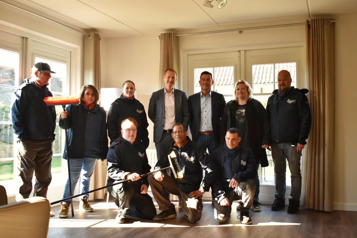 Jurgen van Cutsem (derde van rechts boven), ceo van Roompot Vakanties en Gerton Heyne (naast hem), bestuurder a.i. van Arduin met enkele medewerkers en cliënten van Arduin.