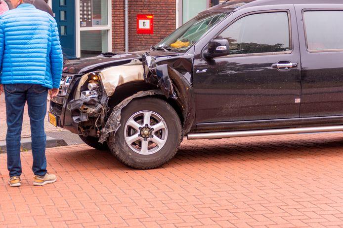 De auto's hebben flinke schade opgelopen door de botsing.