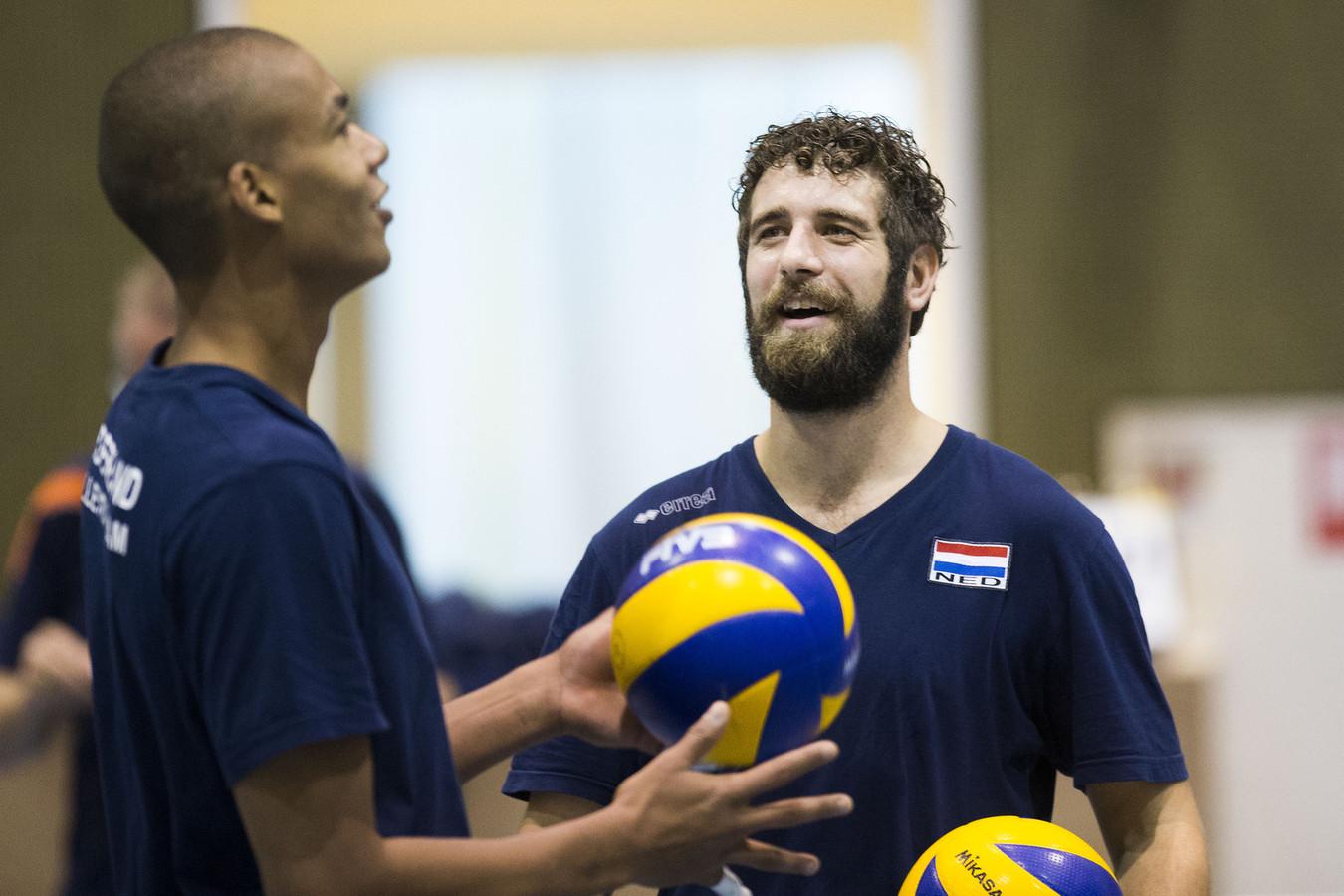 Yannick van Harskamp (rechts) als aanvoerder van het Nederlands volleybalteam. De ex-international begint een volleybalschool in Nijmegen.