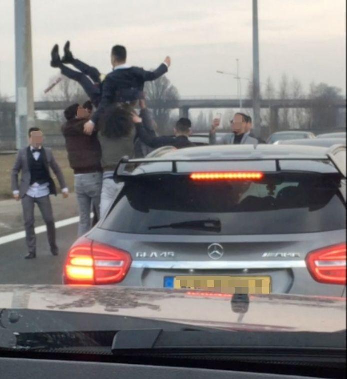 Een trouwstoet op de A12 veroorzaakte in maart chaos. Op een bepaald moment stopt de stoet zelfs op de snelweg om de bruidegom in de lucht te gooien.
