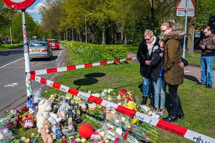 Buurtgenoten, vrienden en familieleden van Jayden kwamen de hele dag door naar de plek van het ongeval.