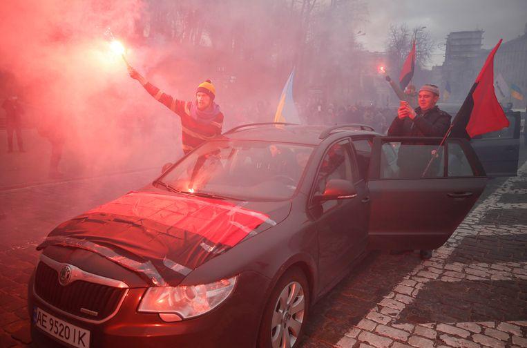 Mensen eisen massaal het ontslag van president Petro Porosjenko. Beeld REUTERS