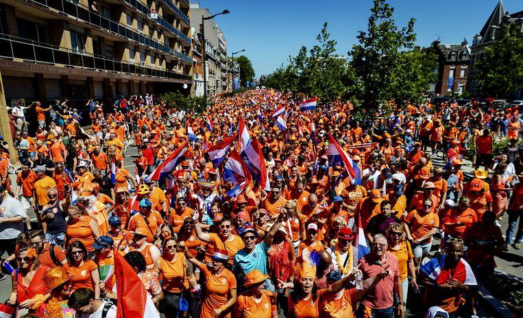 Fans lopen in Valenciennes in de Oranjeparade naar het stadion voor de wedstrijd van Nederland tegen Italië tijdens de kwartfinale van het WK voetbal voor vrouwen in Frankrijk.  Beeld ANP