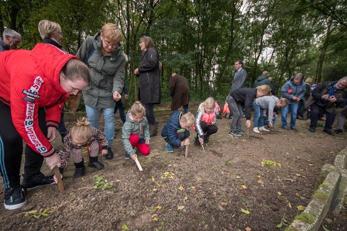 Bij de opening van Natuurpark Kronenkamp mochten bezoekers helpen bloembollen planten.