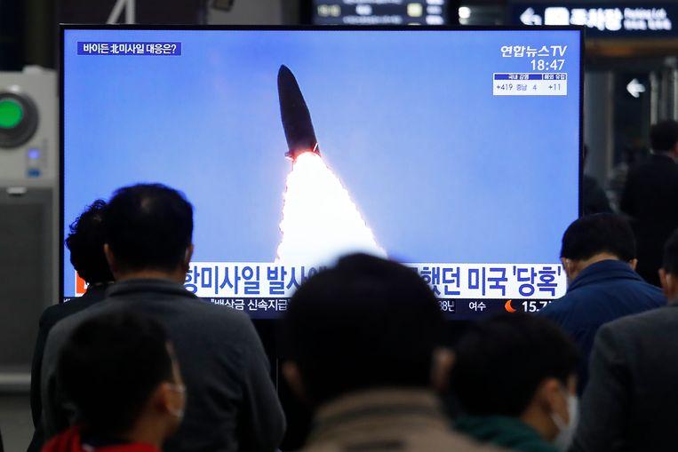 Zuid-Koreanen volgen het laatste nieuws uit Noord-Korea op een tv-scherm op een station in Seoel.  Beeld AP