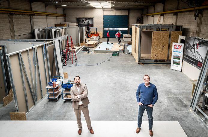 Paul Schouten (links) van BouwKollektief en Frank van Herk van C3 Staalframebouw. Zij bieden prefabwoningen voor starters aan tegen een lage prijs. De basis wordt gemaakt in de hal van Van Herk in Someren-Eind.