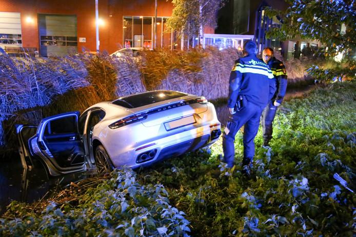 De Porsche belandde in de slootkant in Mijdrecht