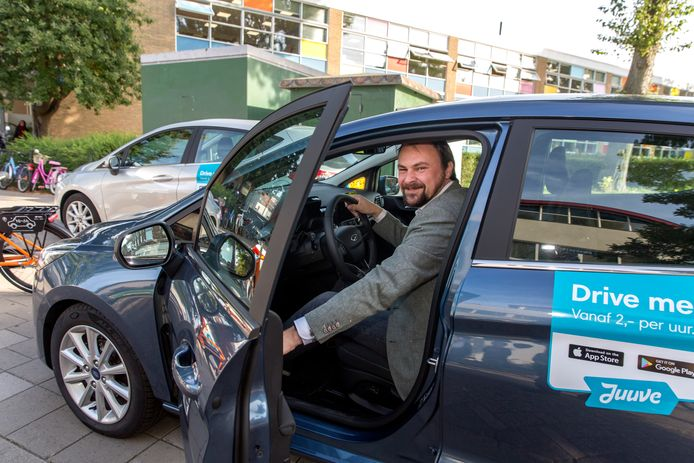 Wethouder Jeroen Ooijevaar bij de ingebruikname van een mobiliteitshub in Schiedam, een knooppunt voor deelauto's en deelfietsen.