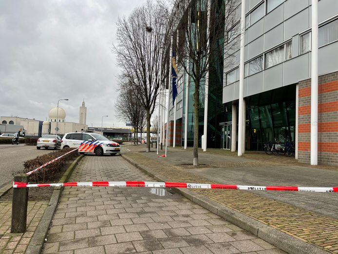 Schietpartij bij politiebureau aan de Vogelstraat in Den Bosch. Een gewonde naar het ziekenhuis gebracht.