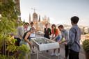 De deelnemers van Sweet Spot Abroad kunnen tussen het werken door tafelvoetballen met uitzicht op de Sagrada Familia.