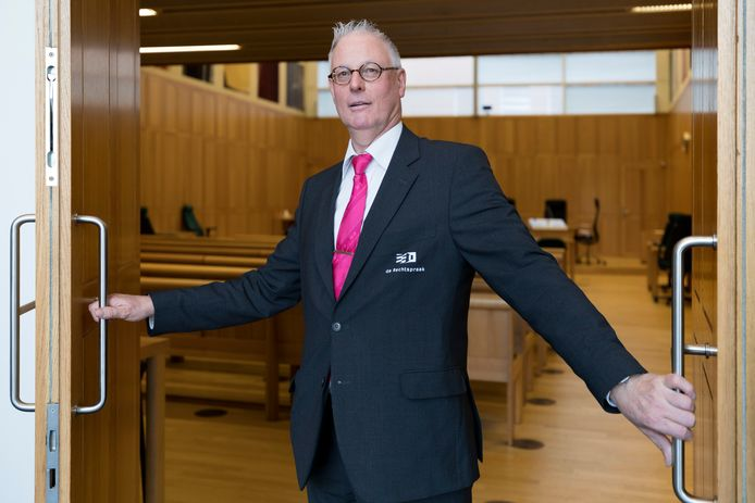 Kees van der Velden werkt in de rechtbank als bode. Als er een zitting is de zaak Nicole van den Hurk zorgt hij altijd dat hij staat ingeroosterd.