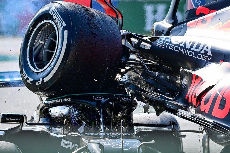De Red Bull van Max Verstappen landt op Lewis Hamiltons Mercedes, zondag in Monza. Beeld AFP