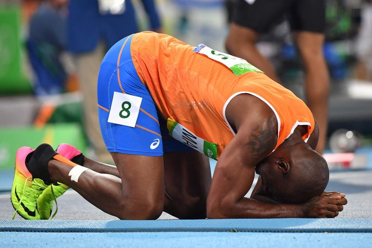 Martina knielt van blijdschap na zijn tweede plek in de halve finale op de 200 meter. Beeld afp