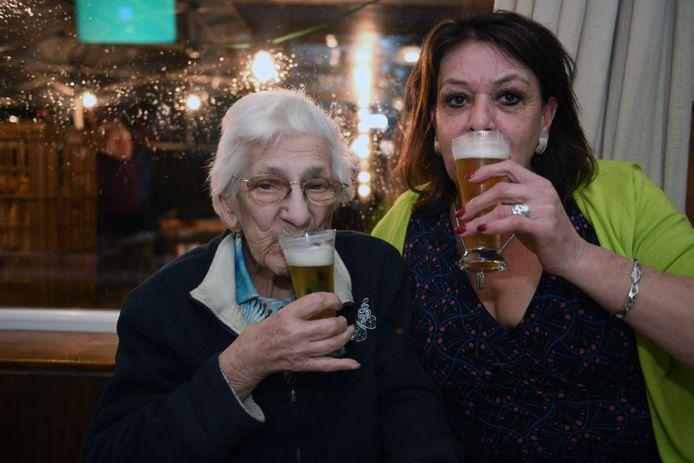 Oudste stamgast Robertine (98) viert haar verjaardag in café Floreal met cafébazin Fanny.