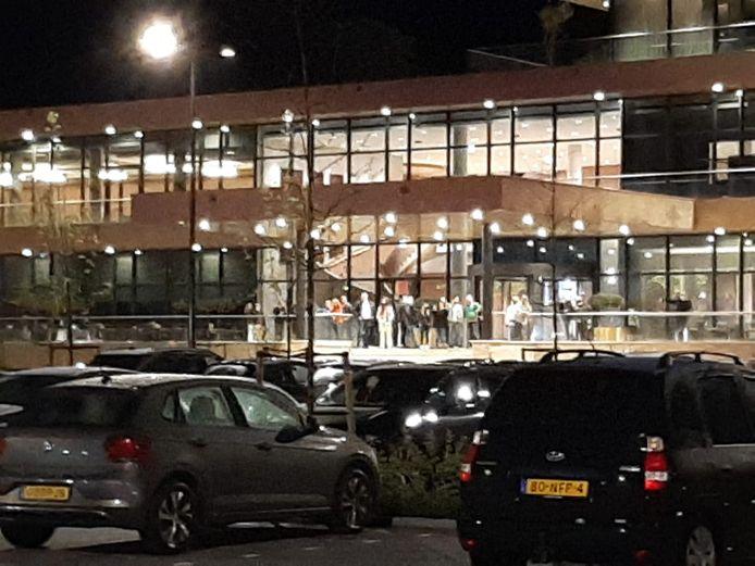 Bij Van der Valk in Deventer krijgen niet veel gasten de kans te slapen. Het is niet te missen: vlakbij wachten fans op de spelers van GA Eagles.