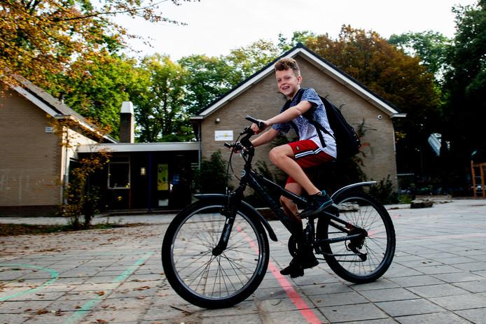 Koud? Welnee, Dion Gildemeester fietst gewoon wat harder om het warm te krijgen. De leerling uit groep 8 van De Zonnewijzer in Diepenveen houdt in elk geval tot 1 november de korte broek aan om geld in te zamelen voor Stichting Bo Minnée.