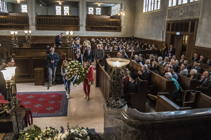 Enschede 20170914 Herdenking in de Synagoge van de razzia 13 en 14 september 1941 in Twente leerlingen Prinseschool leggen krans editie:enschede/alle Foto Reinier van Willigen
