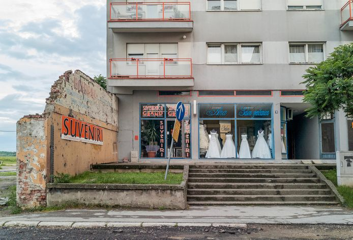 Kroatië, Bruidswinkel in Vukovar, de stad die zwaar getroffen werd tijdens de belegering in 1991 door het Servische leger.