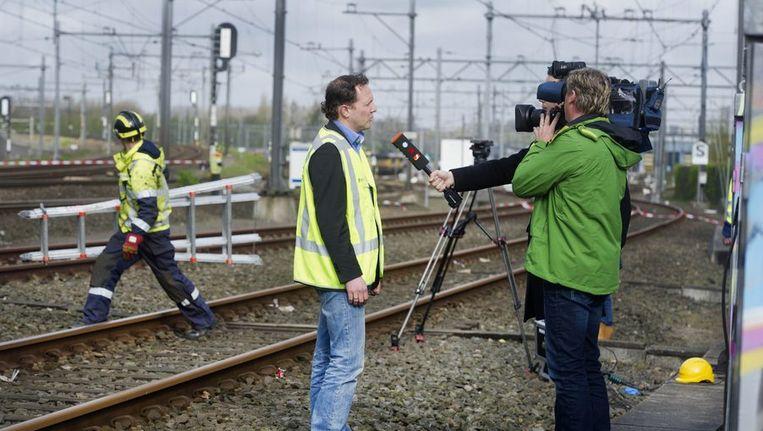 Op de plek van het treinongeval in Amsterdam staat een woordvoerder van Prorail de pers te woord, afgelopen weekeind Beeld anp