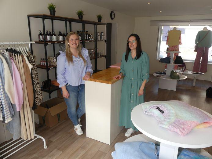 Julie Van Simaeys en Lieselot Van de putte in hun kledingzaak.