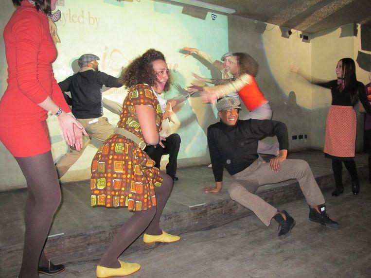 Mode- en dansshow van I love vintage. Die jongen in het midden kan heel goed zijn billen schudden. Beeld