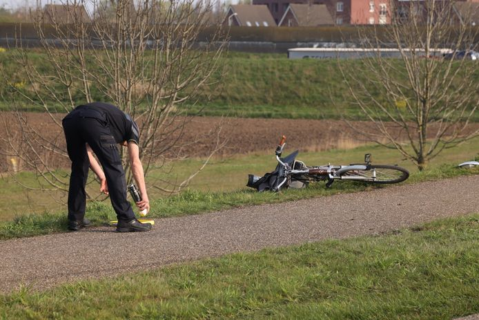 De politie doet onderzoek naar de toedracht van het ongeluk in Veghel.
