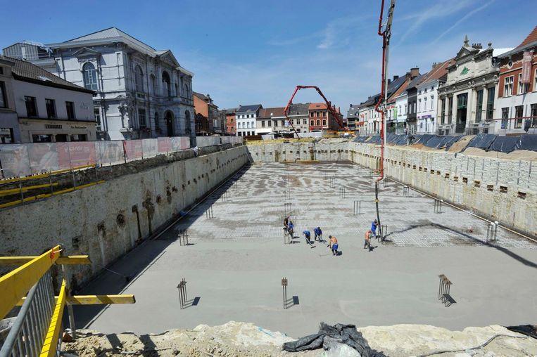 Arbeiders strijken de laag beton glad, een karweitje dat nog tot 4 uur afgelopen nacht duurde.