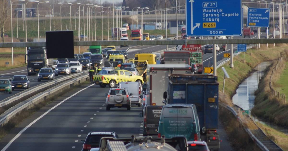 Twee rijstroken dicht door ongeval bij Sprang-Capelle: verkeer moet over vluchtstrook.