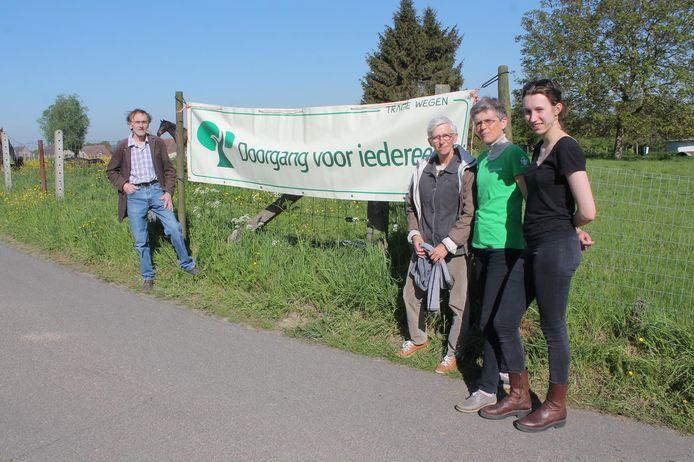 Leden van vzw Trage Wegen, Natuurpunt en Pasar protesteren tegen de sluiting van voetweg Kerkwegske.
