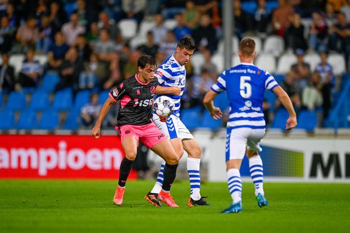 Ted van de Pavert in duel met Gaetano Oristanio van FC Volendam.