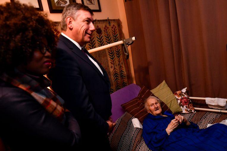 Jambon bracht een bezoek aan een 100-jarige vrouw die Joden heeft helpen ontsnappen uit het concentratiekamp. Beeld BELGA