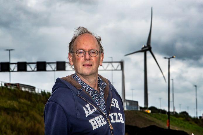 Schrijver Almar Otten bij de windmolens naast de A1 bij Deventer.