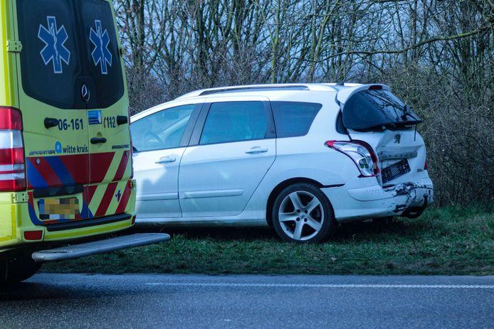 De personenauto heeft veel schade aan de achterkant.