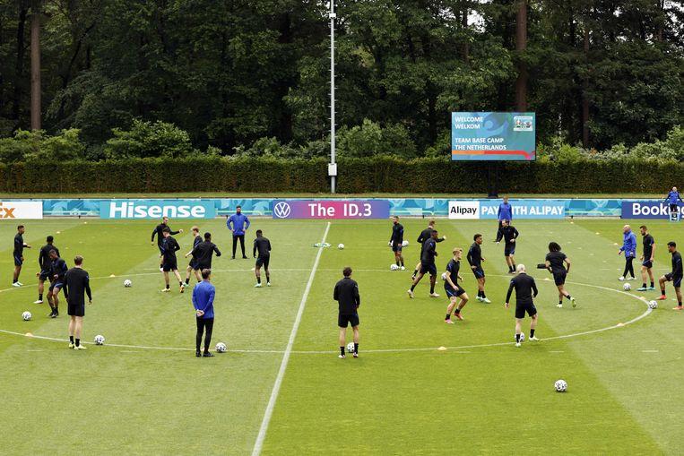 Warming-up tijdens een trainingssessie van het Nederlands elftal. Beeld ANP