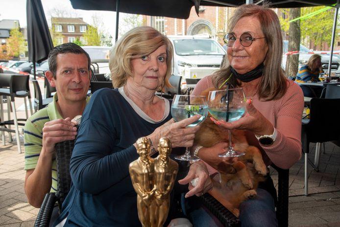 Georgette, zoon Olivier en Marleen van Café Reynaert klinken op de nieuwe vrijheid.