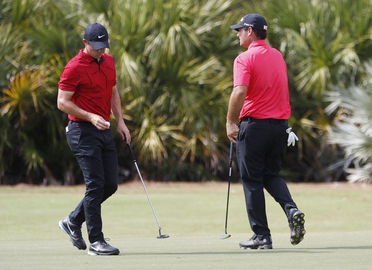 Overal dragen golfers een rood shirt, als steunbetuiging aan Tiger Woods.  Beeld EPA