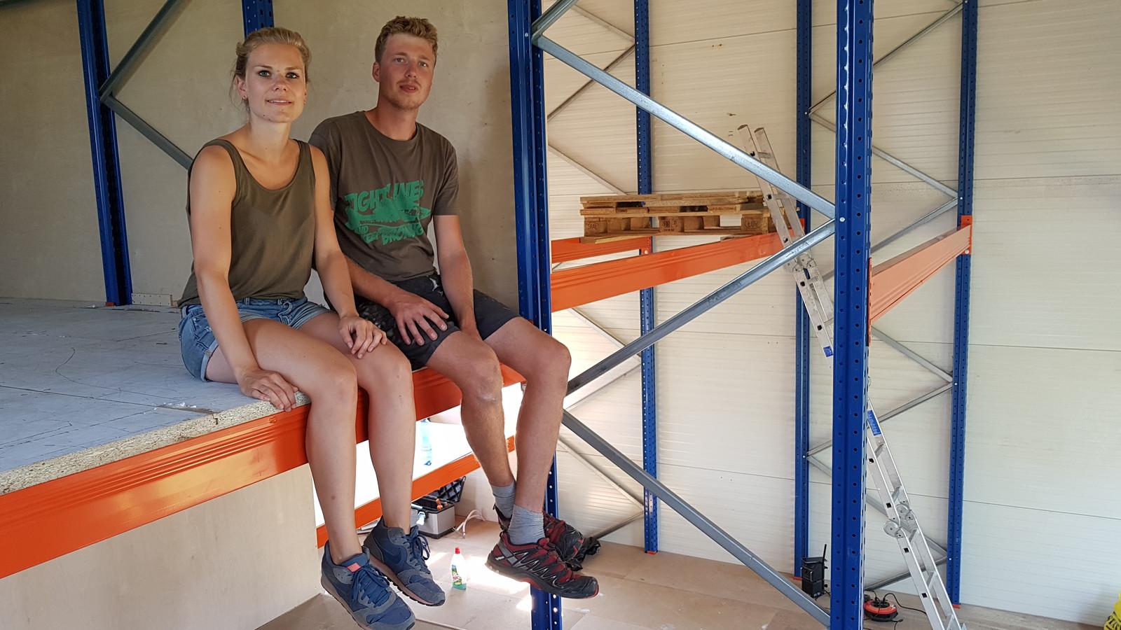 Pleun Boereboom en Fier van den Berge in hun met eigen handen gebouwde 'stellinghuis'.